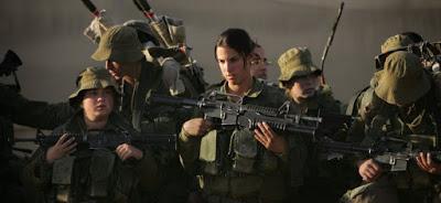 Valientes mujeres soldados de combate completan su formación