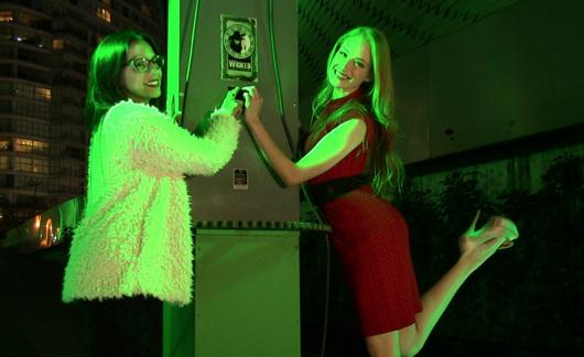 ANA CECILIA ANZALDÚA y CECILIA DE LA CUEVA Encendieron  el Contacto para Iluminar de Verde el Museo Soumaya, por la Temporada Decembrina de WICKED