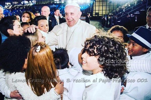 Joven de la Com. Judía entre los niños que reciben al Papa Francisco en México