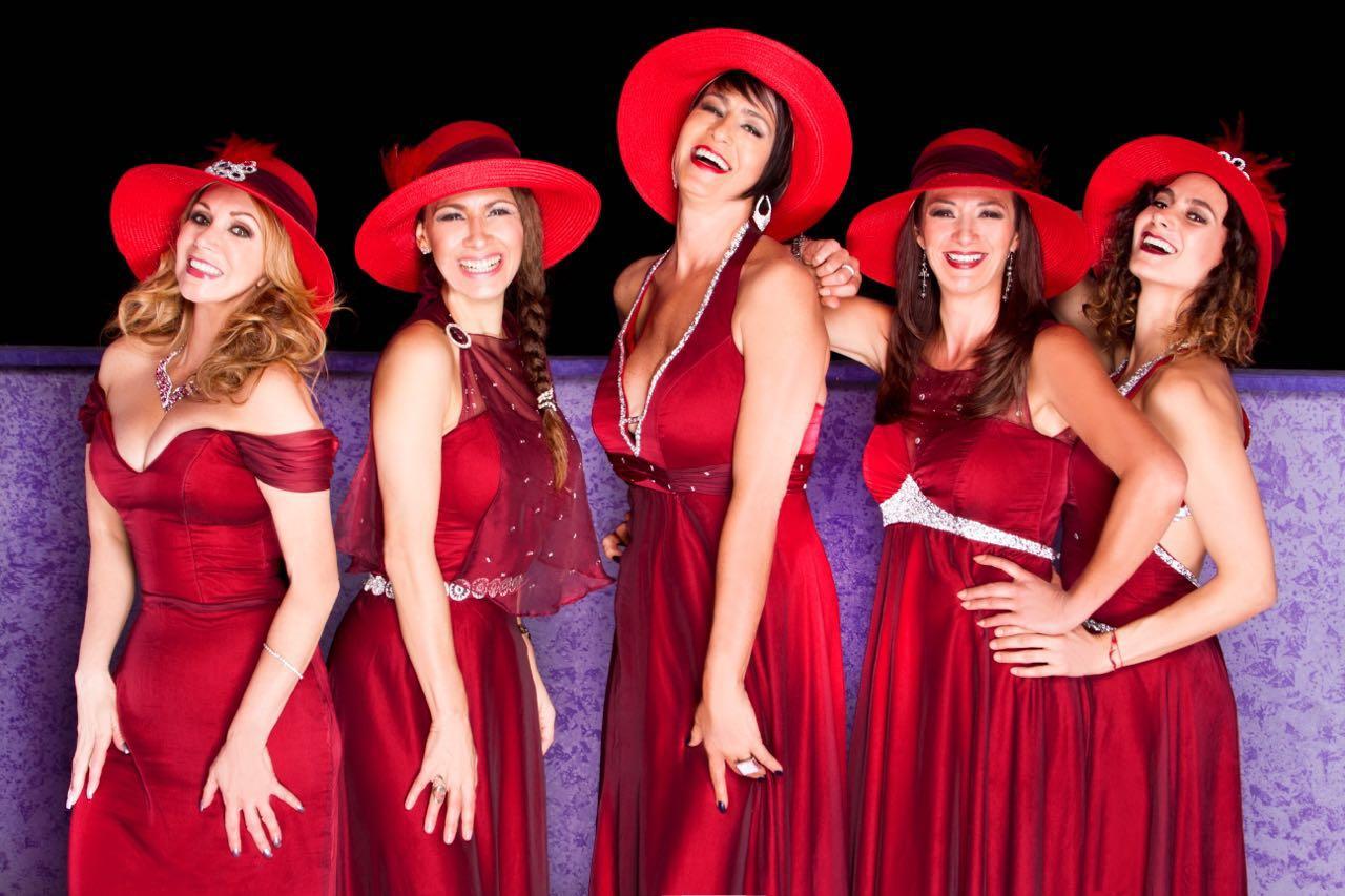 5 mujeres con el mismo vestido