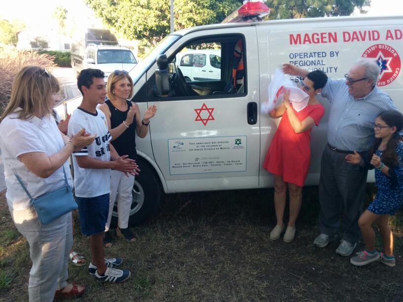 Alumnos de Colegios de México donan ambulancia en Israel
