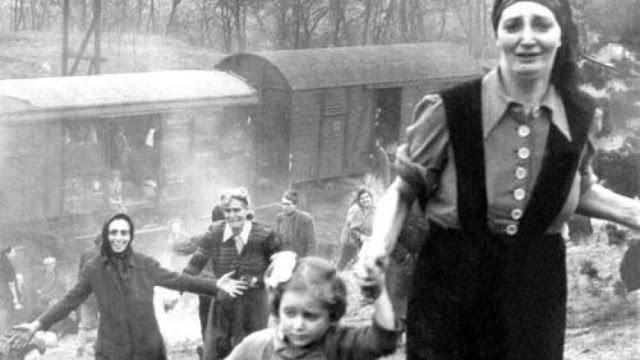 Prisioneros judíos al ser liberado del tren que se dirigía a Theresienstadt, 13 de abril de 1945 - Cortesía del Mayor, Clarence Benjamin - La residencia de George C. Gross