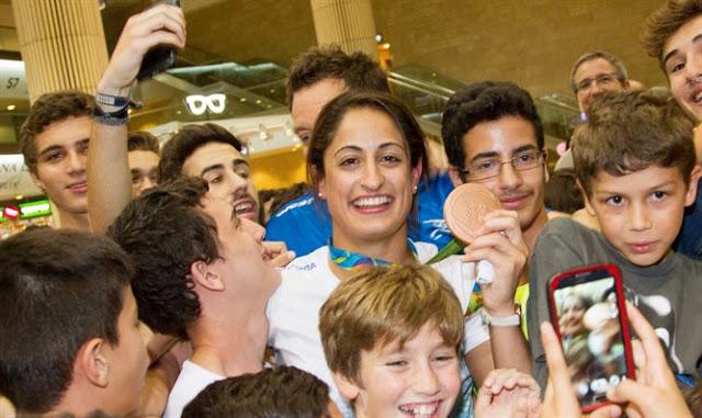 Cientos dan la bienvenida a medallistas israelíes en el aeropuerto