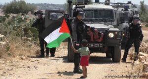 Soldado estrecha la mano a niño árabe