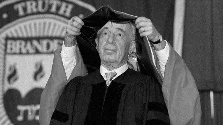 Shimon Peres recibe el grado de profesor honorario en la Universidad Brandeis, en Massachusetts
