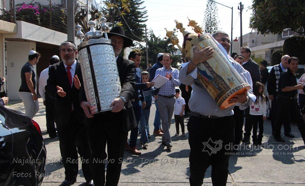 Recibiendo al Nuevo Sefer Torah en Najalat Itzjak México