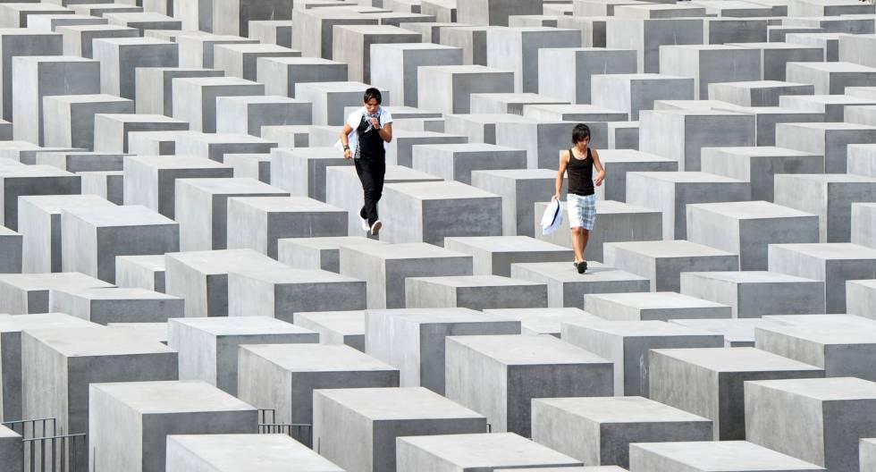 Dos turistas saltan sobre los bloques del Memorial del Holocausto de Berlín,en 2010.