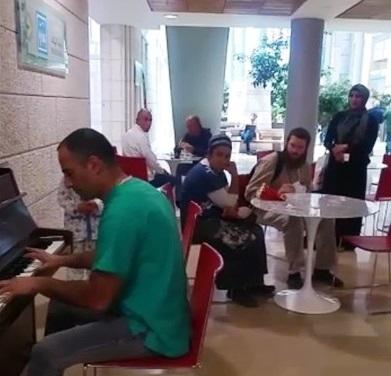 TERAPIA MUSICAL EN ATRIO DEL HOSPITAL HADASSAH